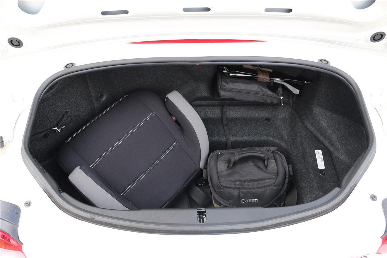 Mazda MX-5 Edition-100 csomagtartó